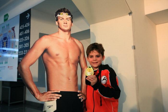 161 Ryan Lochte 121212 - Олимпийский чемпион по плаванию подарил все свои медали болельщикам