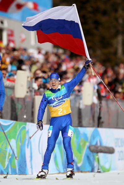 Сборная России завоевала золото в  эстафете по лыжным гонкам на Паралимпийских играх. Фото