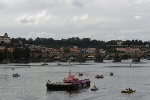 161 62111Tank 1 - Фоторепортаж о розовом танке, плывущем на понтоне  по реке  Влтава в Чехии