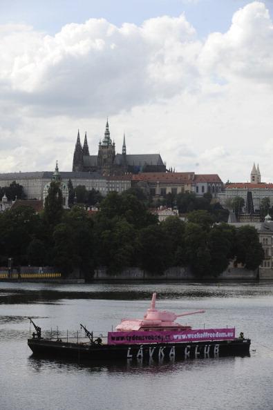 161 62111Tank 2 - Фоторепортаж о розовом танке, плывущем на понтоне  по реке  Влтава в Чехии