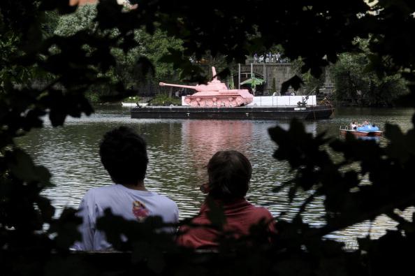 161 62111Tank 4 - Фоторепортаж о розовом танке, плывущем на понтоне  по реке  Влтава в Чехии