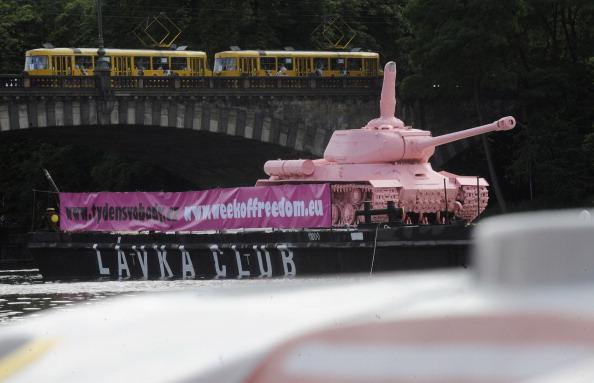 161 62111Tank 5 - Фоторепортаж о розовом танке, плывущем на понтоне  по реке  Влтава в Чехии