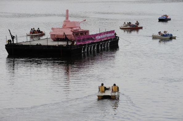 161 62111Tank 6 - Фоторепортаж о розовом танке, плывущем на понтоне  по реке  Влтава в Чехии