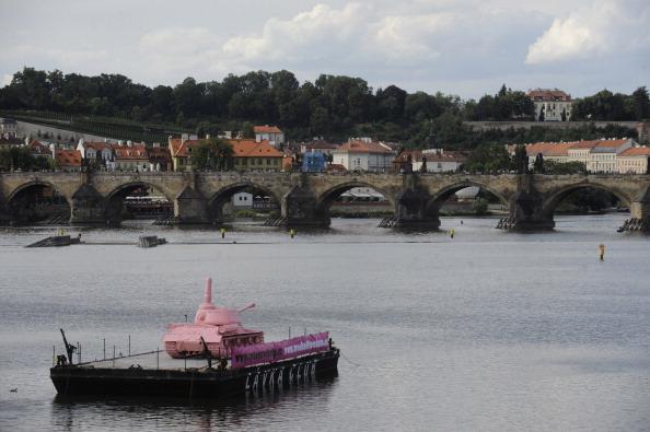 161 62111Tank 7 - Фоторепортаж о розовом танке, плывущем на понтоне  по реке  Влтава в Чехии