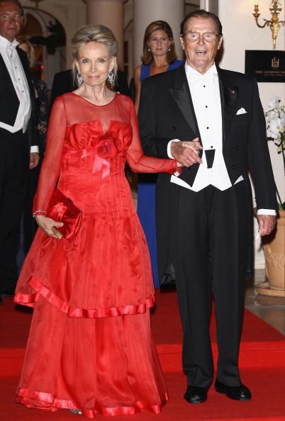 Князь Монако  Альберт II  и  его жена, княжна  Шарлин, встречают гостей