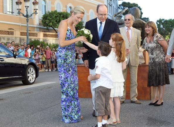 161 72311Sarlin 01 - Принцесса Монако Шарлин и принц Альберт II посетили выставку «История свадьбы принца»