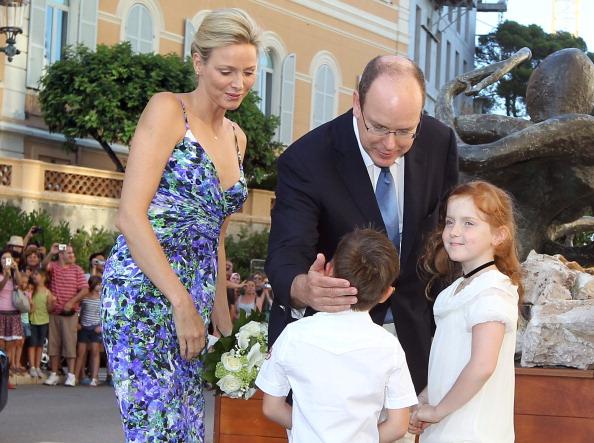 161 72311Sarlin 03 - Принцесса Монако Шарлин и принц Альберт II посетили выставку «История свадьбы принца»