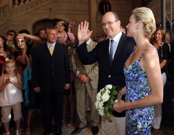 161 72311Sarlin 05 - Принцесса Монако Шарлин и принц Альберт II посетили выставку «История свадьбы принца»