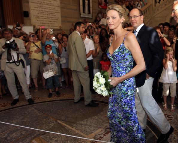 161 72311Sarlin 06 - Принцесса Монако Шарлин и принц Альберт II посетили выставку «История свадьбы принца»
