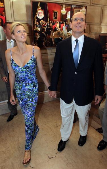 161 72311Sarlin 07 - Принцесса Монако Шарлин и принц Альберт II посетили выставку «История свадьбы принца»