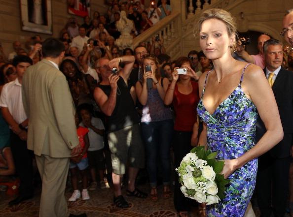 161 72311Sarlin 08 - Принцесса Монако Шарлин и принц Альберт II посетили выставку «История свадьбы принца»