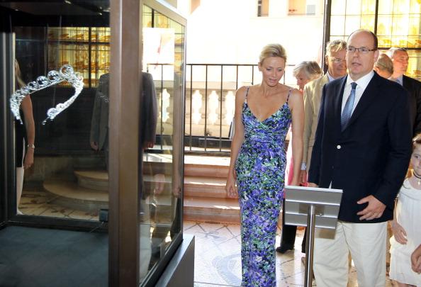 161 72311Sarlin 10 - Принцесса Монако Шарлин и принц Альберт II посетили выставку «История свадьбы принца»