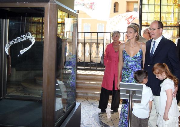 161 72311Sarlin 12 - Принцесса Монако Шарлин и принц Альберт II посетили выставку «История свадьбы принца»