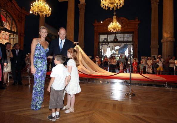 161 72311Sarlin 14 - Принцесса Монако Шарлин и принц Альберт II посетили выставку «История свадьбы принца»