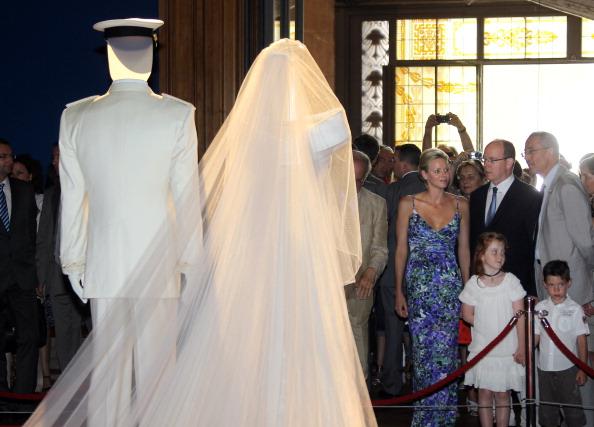 161 72311Sarlin 15 - Принцесса Монако Шарлин и принц Альберт II посетили выставку «История свадьбы принца»