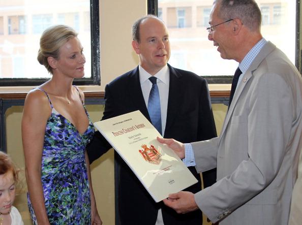 161 72311Sarlin 18 - Принцесса Монако Шарлин и принц Альберт II посетили выставку «История свадьбы принца»