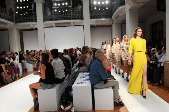 161 92811MODA 01 - Весна-лето 2012. Новые наряды для женщин от модного бренда Normaluisa на Неделе Миланской моды