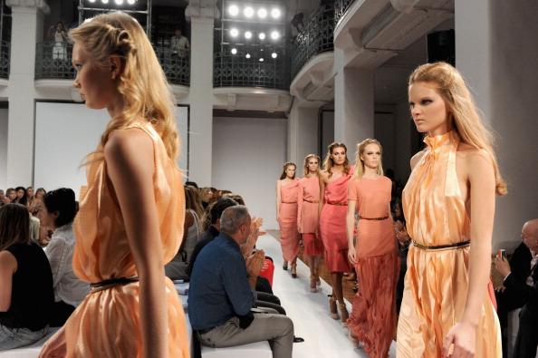 161 92811MODA 06 - Весна-лето 2012. Новые наряды для женщин от модного бренда Normaluisa на Неделе Миланской моды