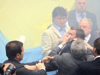115 1272450152155 - Украинские депутаты рассчитались наличными за дебош в Раде