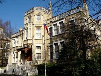 Великобритания объявила российских дипломатов должниками