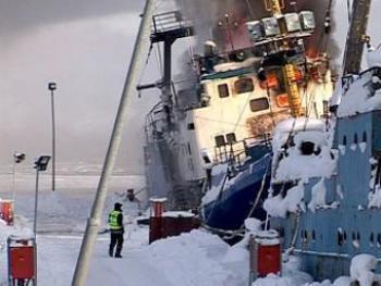 В Норвегии горит российский траулер