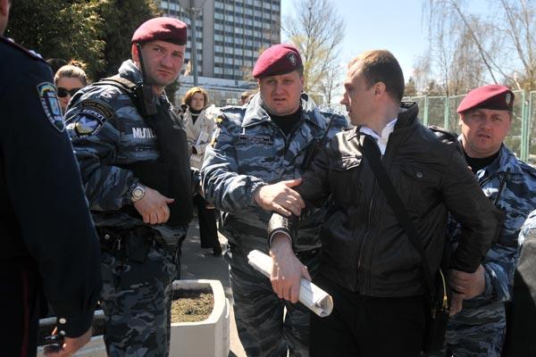 149 u70 200402 - Милиция свернула акцию протеста против китайского чиновника