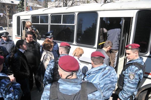 149 u70 200403 - Милиция свернула акцию протеста против китайского чиновника