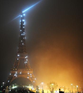 161 010110 PARIZ - Хулиганы сожгли более 350 машин в Париже в новогоднюю ночь
