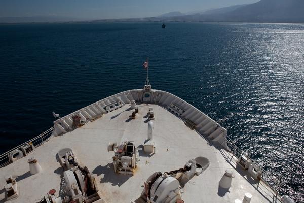 Огромный плавучий корабль-госпиталь прибыл в Гаити