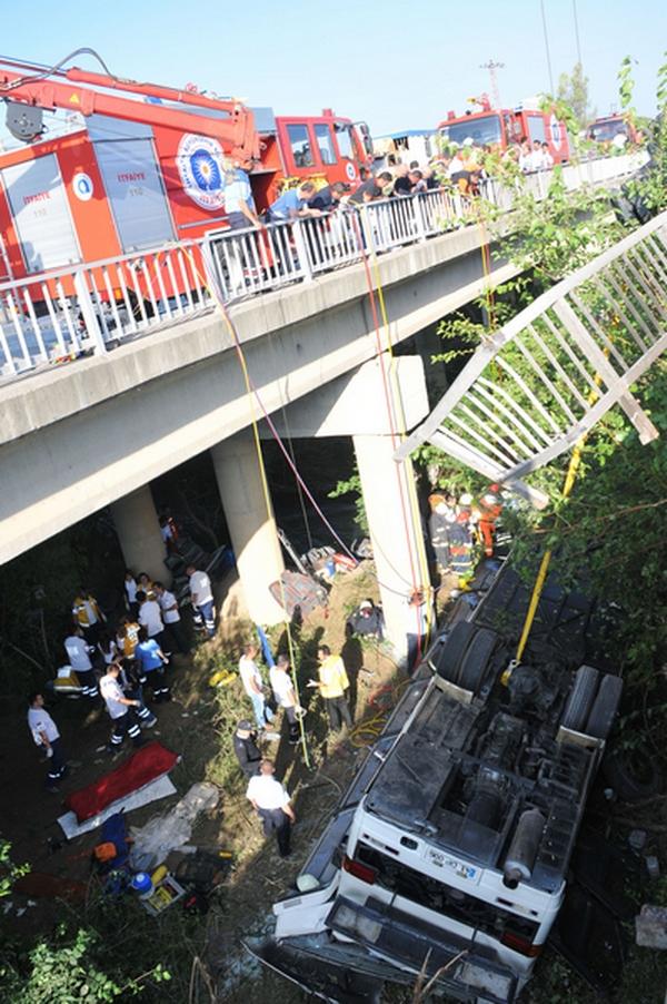 В Турции автобус с российскими туристами упал в реку: 16 человек погибли