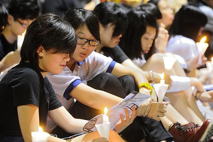 161 June 4 Tiananmen 03 - Фоторепортаж об акции с зажжёнными свечами в Гонконге памяти событий «4 июня»