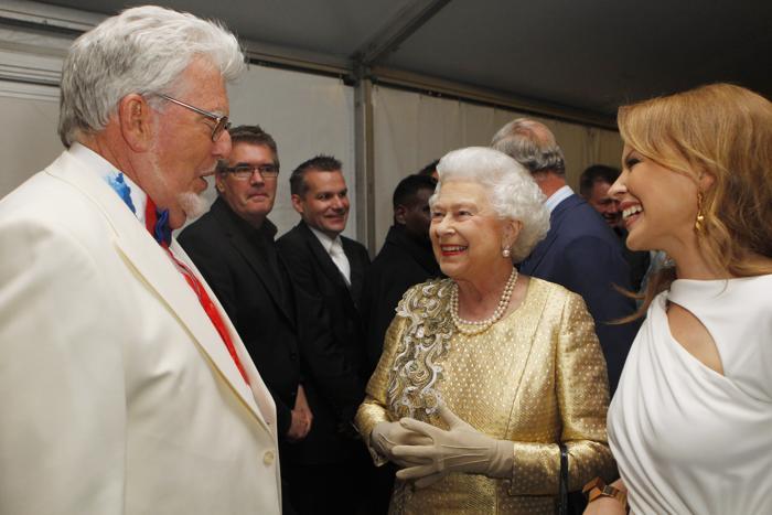 Королева Елизавета II на юбилейном концерте звёзд в Букингемском дворце