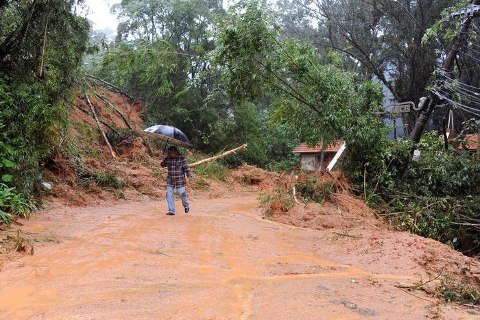 После схода оползней в районе Рио-де-Жанейро погибло не менее 16 человек