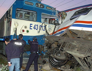 173 07 05 10 turktrain - В Турции столкнулись два пассажирских поезда