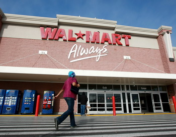Сотрудницы Wal-Mart обвинили компанию в ущемлении своих прав