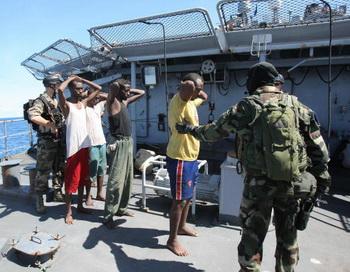 173 30 04 10 pirates - Потоплена плавучая база сомалийских пиратов