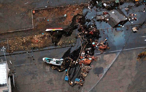 Землетрясение в Японии,сильнейшее за последнее время,вызвало волну цунами до 10 метров высотой