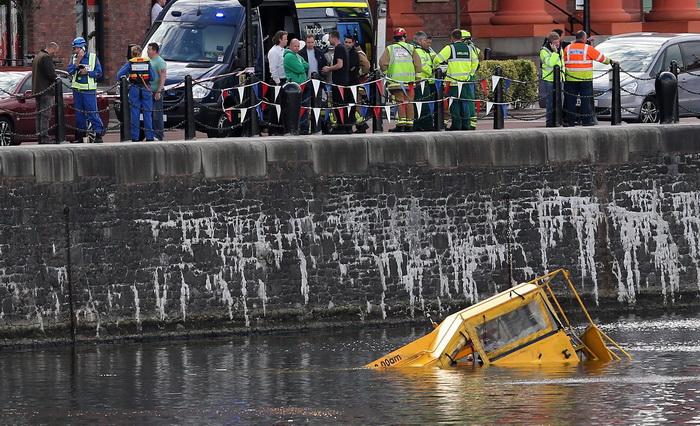 В Ливерпуле затонул автобус-амфибия с туристами