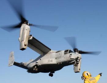 Военные США и Японии отработали посадку конвертопланов на палубу корабля