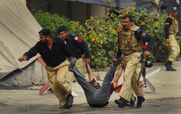 В Пакистане освобождены обе мечети, число жертв достигло 80. Фоторепортаж