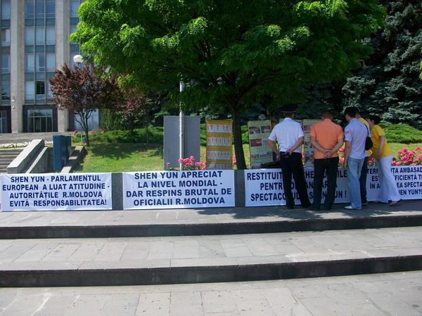 92 Moldaviy 2 600 400 - Протест перед зданием правительства Республики Молдова провели организаторы несостоявшегося спектакля  Shen Yun  Performing Arts