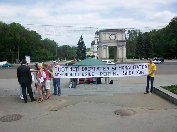 92 Moldaviya 11 600 400 - Протест перед зданием правительства Республики Молдова провели организаторы несостоявшегося спектакля  Shen Yun  Performing Arts