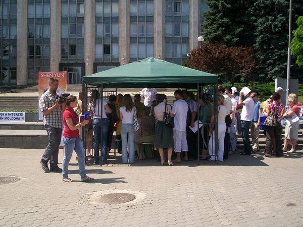 92 Moldaviya 4 600 400 - Протест перед зданием правительства Республики Молдова провели организаторы несостоявшегося спектакля  Shen Yun  Performing Arts