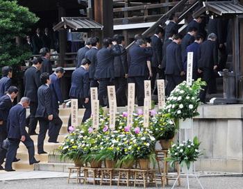 Десятки депутатов покинули правящую партию Японии