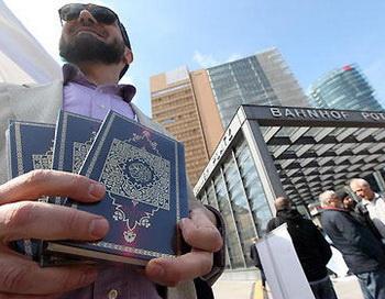 Четверо пострадали во время раздачи Корана салафистами в Берлине