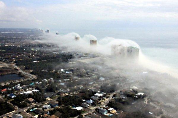 Природный феномен во Флориде: волны тумана с моря накрыли небоскребы