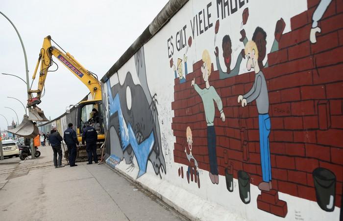 Снос части Берлинской стены приостановлен из-за протестов