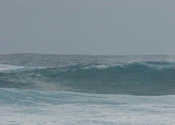 В Португалии семерых студентов смыло гигантской волной в океан
