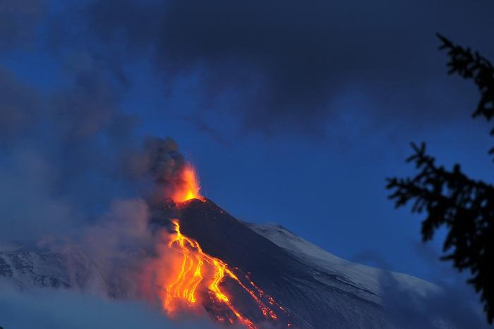 Вновь произошло извержение вулканов в Европе и Америке