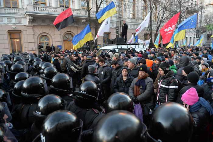 Демонстранты заблокировали все входы в здание правительства Украины